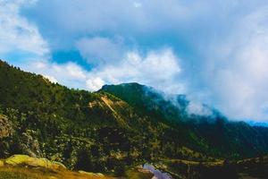 nubes sobre los picos de las montañas foto