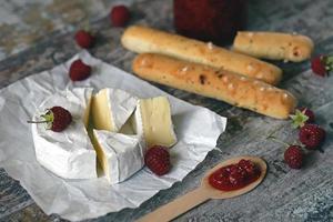 queso camembert con salsa de frambuesa foto