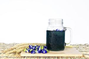 Bebida azul de guisantes de mariposa sobre fondo blanco. foto