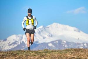 corredor de larga distancia en la alta montaña foto
