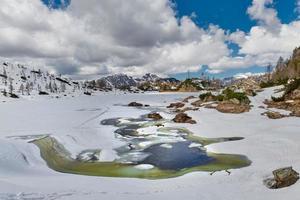Deshielo en los Alpes italianos en un lago de montaña foto