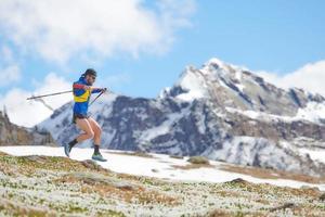 nordic walking en las montañas en la primavera cuesta abajo foto