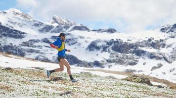 corredor de atleta durante un entrenamiento de montaña en primavera foto