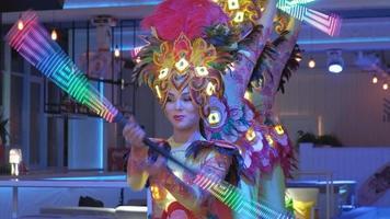 un groupe de femme dansant avec des matraques lumineuses video