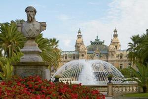 Estatua en frente del mundialmente famoso Grand Casino de Monte Carlo en Mónaco foto