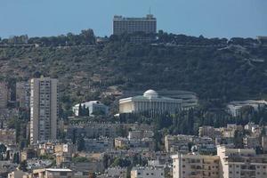 La ciudad de Haifa en Israel situada en la llanura costera mediterránea foto