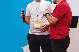 Dos hombres de negocios exitosos con presentación durante el seminario de datos y negocios éxito y concepto de negocio foto