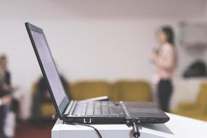 portátil en la presentación de negocios des foto
