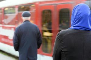 mujer musulmana esperando un tranvía foto