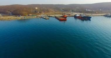 revisión aérea de la costa de la isla rusa con un muelle y barcos foto
