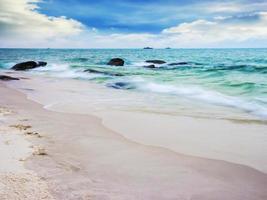 hermoso mar tropical y cielo azul foto