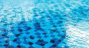 Onda de agua en el fondo de la piscina foto