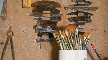 pinceaux et instruments de travail en atelier de céramique video