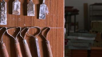 instruments de travail dans le studio de l'atelier de céramique video