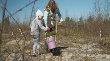 mãe e filha plantando uma muda video
