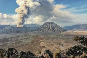Volcán bromo activo en el este de Java Indonesia foto
