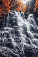 impresionante paisaje colorido con una espectacular cascada en el otoño foto