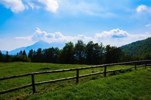 valla de madera y montañas foto