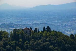 casa en la cima de una colina foto