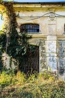 edificio abandonado con hiedra foto