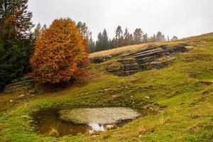 pequeño estanque en una colina foto