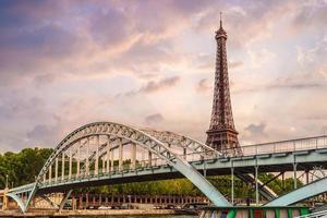 La torre Eiffel y el puente Passerelle debilly en París Francia foto