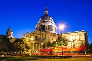 Vista nocturna de la catedral de San Pablo en Londres, Reino Unido foto