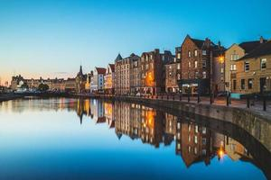 Vista nocturna de Leith en Edimburgo, Escocia foto