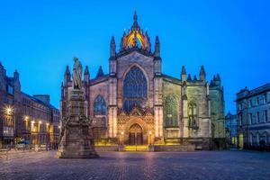 Vista nocturna de la catedral de St Giles en Edimburgo, Escocia foto
