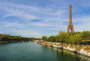 Torre Eiffel en la orilla izquierda del río Sena en París, Francia foto