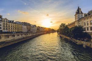 Tribunal de Casación de Francia en París y la margen izquierda del río Sena al atardecer foto