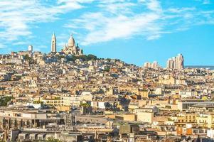 paisaje urbano de parís con la colina de montmartre foto