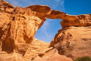 Puente de roca um fruth en el desierto de Wadi Rum, Jordania foto