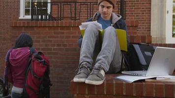 portrait d'étudiant à l'automne video