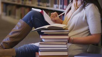 College-Student, der in der Bibliothek studiert video