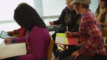 College-Studenten sitzen im Klassenzimmer video