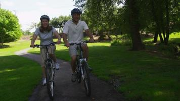 ouder paar fietsen, slow-motion video