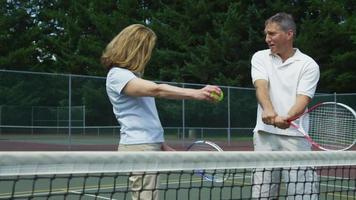 rijp stel bereidt zich voor om tennis te spelen video