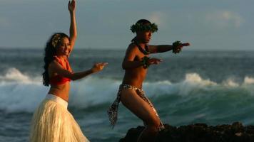 polynesische Tänzer treten am Meer auf, Zeitlupe video