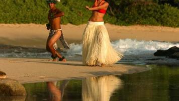 polynesische Tänzer treten am Strand in Hawaii auf, Zeitlupe video