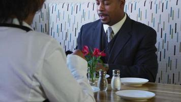 coppia che pranza al ristorante video
