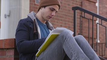 ritratto di studente universitario in autunno video