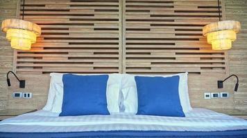oreiller sur la décoration du lit intérieur de la chambre video