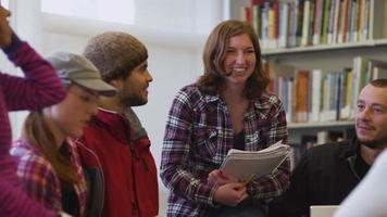 Gruppe von College-Studenten, die sich in der Bibliothek treffen video