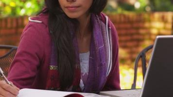Porträt eines College-Studenten im Herbst video