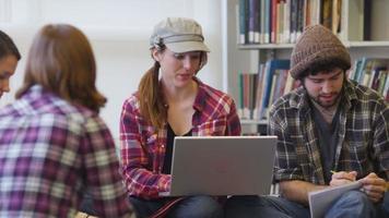 Gruppe von College-Studenten, die in der Bibliothek studieren video