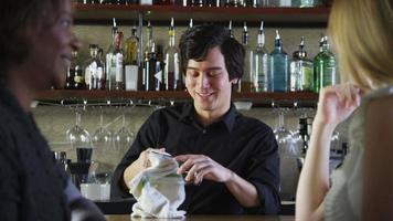 barman fala com clientes e serve bebidas video