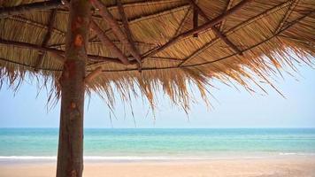 hermosa playa tropical mar océano con cielo azul y nubes blancas video