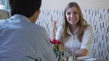 junges Paar, das zusammen redet und zu Mittag isst video