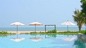 buitenzwembad in hotelresort voor vakantie video